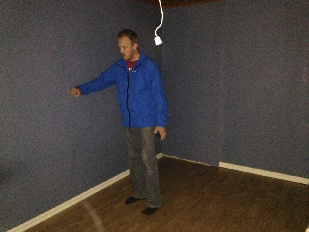 Henric bankar i väggen i det andra sovrummet på ovanvåningen.