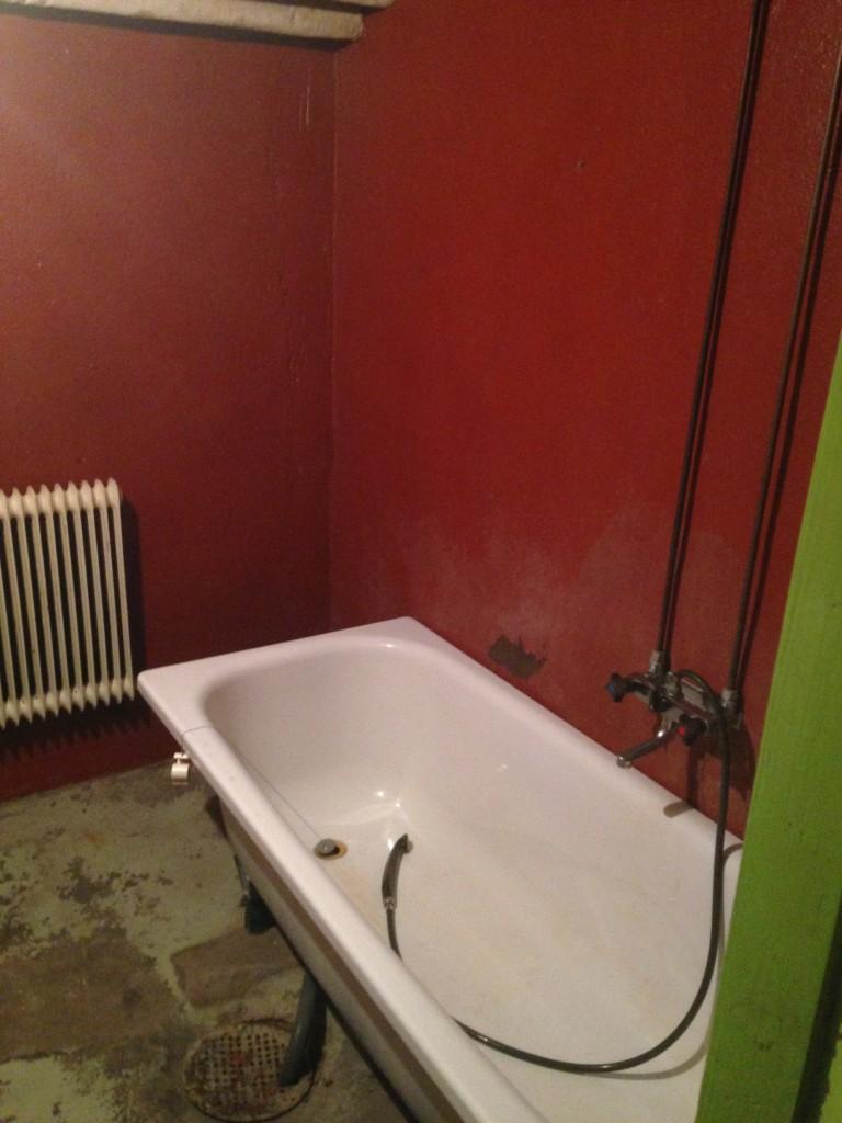 Badrummet med badkar.