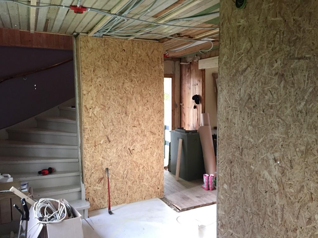 Hallen har också fått lite kärlek, så nu är väggen ner mot källaren isolerad och skivad!
