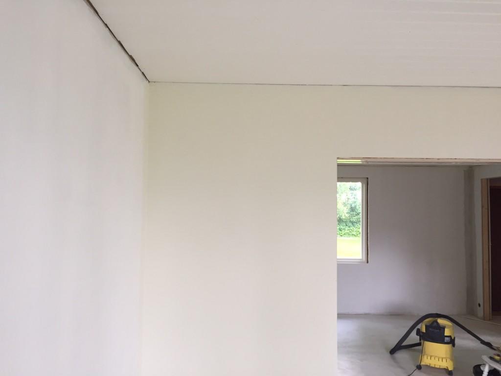 Tadaa! En vägg med färg på. Väggen längst åt höger är bara målad med grundfärg, eftersom den ska tapetseras. Väggen rakt fram är målad med vår färg - antikvit!