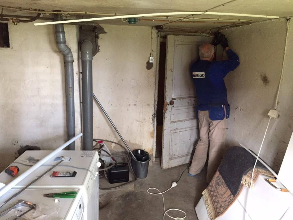 Jag och Björn har försökt få ihop vår tvättstuga i  källaren, då han dragit el, och jag dragit vatten och avlopp, och byggt en ställning för bänkskiva ovanför maskinerna. Känns bra.
