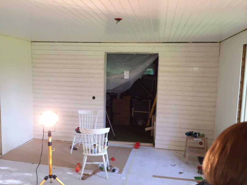 Brädväggen gjordes klar, så nu ska även den målas några varv innan den är helt klar.